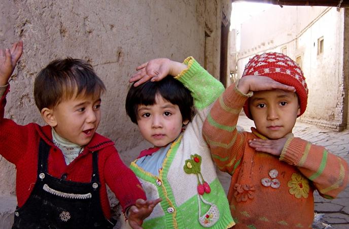 Uighur börn að leik í gamla bænum í Kashgar í China. (Mynd Sherpas 428, Flickr)