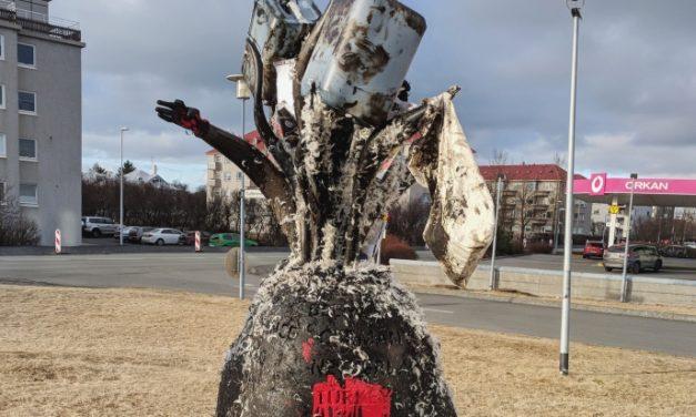 Nato minnisvarðinn tjargaður og fiðraður